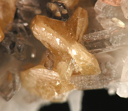 Un cristal de monazite-cérium (orange) dans du quartz (blanc). Crédit : Robert M. Lavinsky // Wikimedia Commons