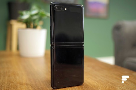 Samsung Galaxy Z Flip dos debout