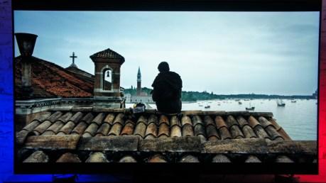 Les détails dans les tuiles, le cloché, la précision du détourage de Marco, les bateaux au loin...