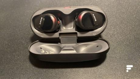 Les écouteurs true wireless Sony WF-SP800N // Source : Frandroid