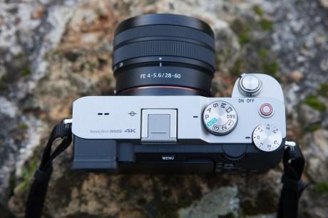 Le Sony A7C avec un objectif 28-60 mm
