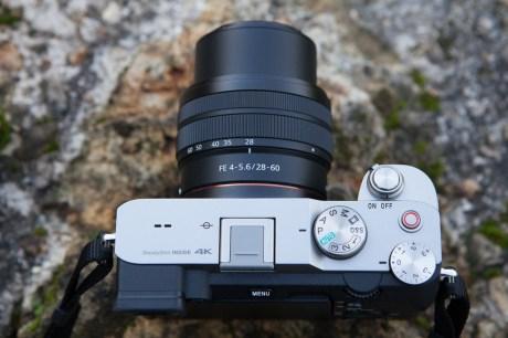 Le Sony A7C avec un objectif 28-60 mm déployé