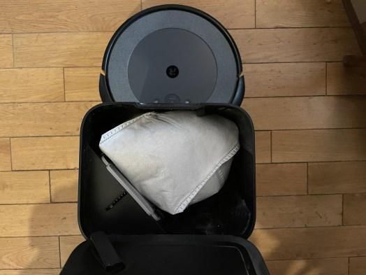Le sac aspirateur de la Clean Base iRobot // Source : Frandroid / Yazid Amer