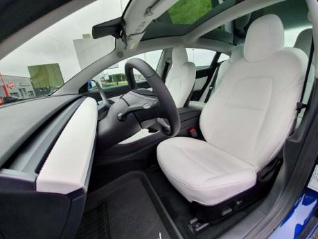2 ans après, l'intérieur blanc de notre Tesla Model 3