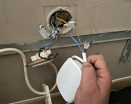 Identifiez les fils du radiateurs par leur couleur avant de les associer à ceux du Heatzy Pilote // Source : Frandroid / Yazid Amer