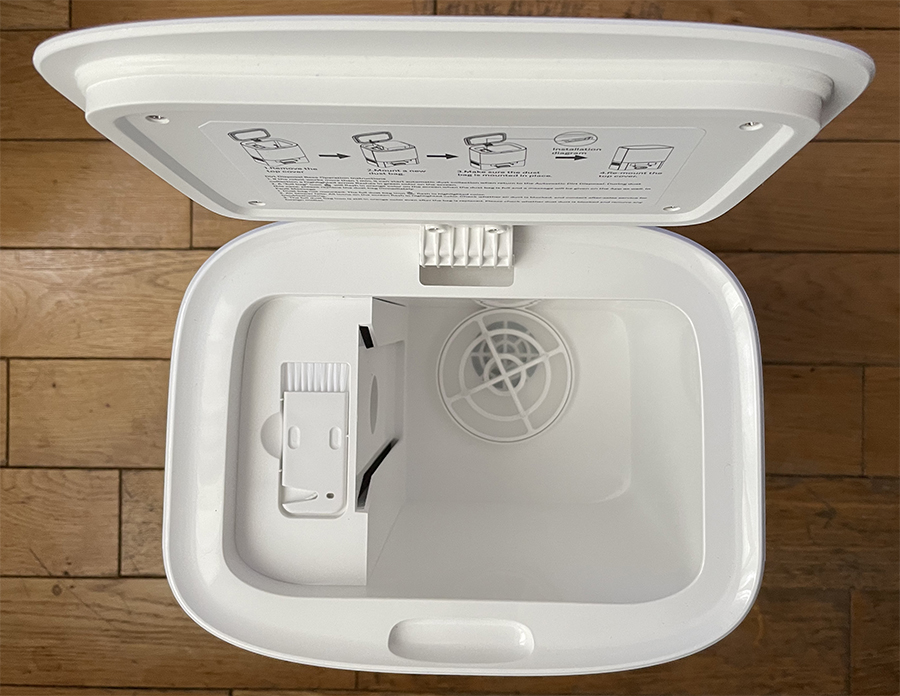 L'outil pour nettoyer la brosse se trouve dans la base aspirante // Source : Frandroid / Yazid Amer