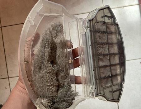 Si vous ne faîtes pas attention à l'ouverture du bac à poussière, tout peut tomber au sol // Source : Frandroid / Yazid Amer