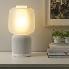 La lampe de table avec enceinte Sonos // Source : IKEA