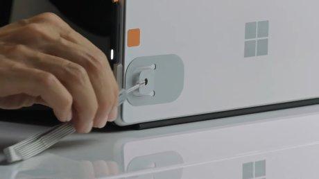 Le Kit d'accessibilité Surface comporte des accroches pour mieux attraper les accessoires // Source : Microsoft