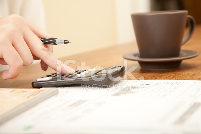 kitchen calculator retro sets 付账单使用计算器在厨房的桌子上的人照片素材 freeimages com premium stock photo of 付账单使用计算器在厨房的桌子上的人