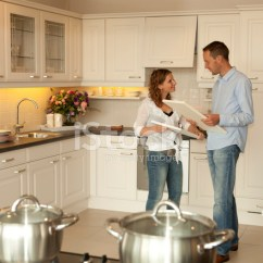 Kitchen Showrooms Remodeling Ideas 对年轻的夫妇想买一间陈列室的新厨房 照片素材 Freeimages Com Premium Stock Photo Of