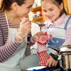 Macys Kitchen Aid Menu Chalkboard 帮助母亲在厨房里照片素材 Freeimages Com Premium Stock Photo Of 帮助母亲在厨房里