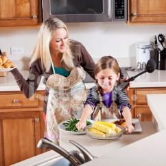 Macys Kitchen Aid Slim Trash Can For 女孩在厨房帮妈妈发球晚饭照片素材 Freeimages Com Premium Stock Photo Of 女孩在厨房帮妈妈发球晚饭