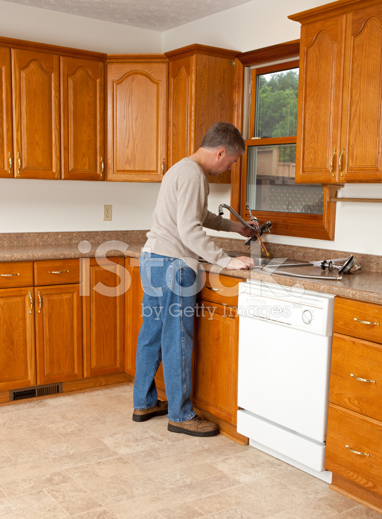 new kitchen sink garbage can cabinet 安装新的厨房水槽水龙头的人照片素材 freeimages com premium stock photo of 安装新的厨房水槽水龙头的人