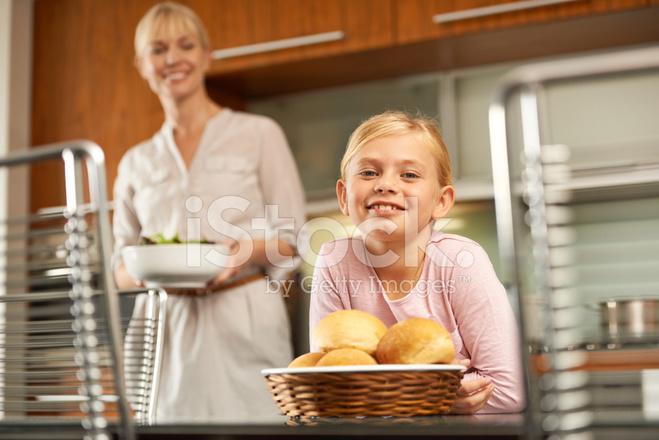 macys kitchen aid aluminum cabinets 我喜欢帮助妈妈在厨房里照片素材 freeimages com premium stock photo of 我喜欢帮助妈妈在厨房里