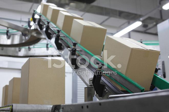 boites en carton sur tapis roulant en