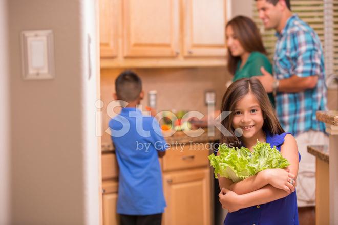 macys kitchen aid pendant lighting 帮助妈妈 小女孩带来生菜沙拉 家庭厨房照片素材 freeimages com premium stock photo of 家庭厨房