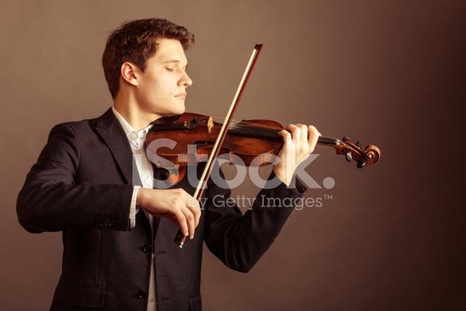 男人的小提琴手演奏小提琴。古典音樂藝術 照片素材 - FreeImages.com