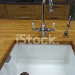 Kitchen Wood Countertops Remodeling Nj 传统的厨房 木质台面计数器 白色的陶瓷belfa 照片素材 Freeimages Com Premium Stock Photo Of