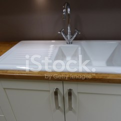 Ceramic Kitchen Sink Island Lighting 现代的白色陶瓷双厨房水槽 地漏排水博照片素材 Freeimages Com Premium Stock Photo Of 地漏排水博