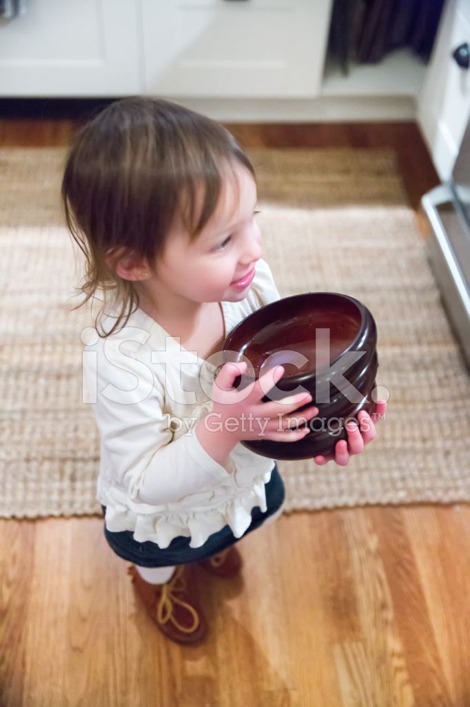 kitchen aid bowls 2x4 table 饭后收拾碗筷的年轻女孩帮助照片素材 freeimages com premium stock photo of 饭后收拾碗筷的年轻女孩帮助