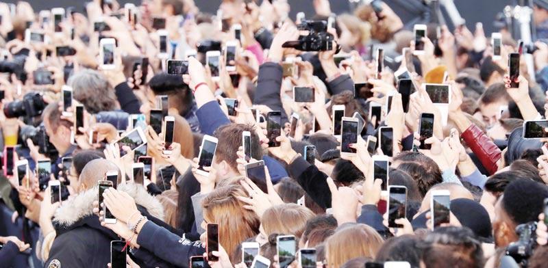 משתמשי סמארטפונים / צילום: רויטרס