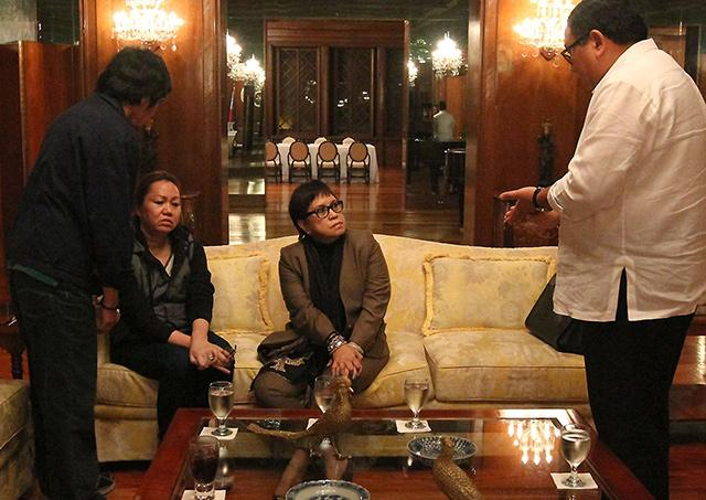 Secretary to the Cabinet Jose Rene Almendras (right) talks with Lim-Napoles (2nd left) and her lawyer Lorna Kapunan in Malacañang on August 28. Rodolfo Manabat
