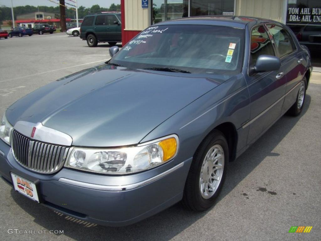 hight resolution of 1999 graphite blue metallic lincoln town car signature 32681836 photo 2