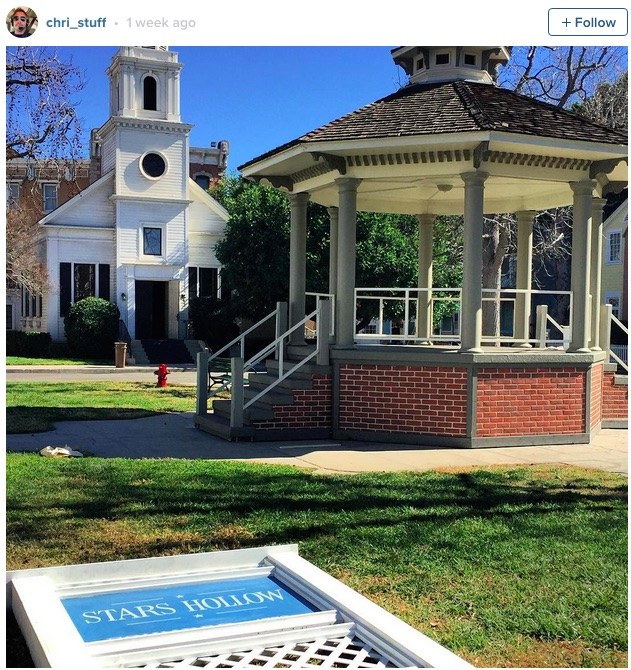 There are new pictures from the Gilmore Girls set and dont worry Stars Hollow looks exactly