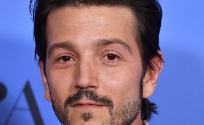 Diego Luna Spoke Spanish While Presenting At The Golden