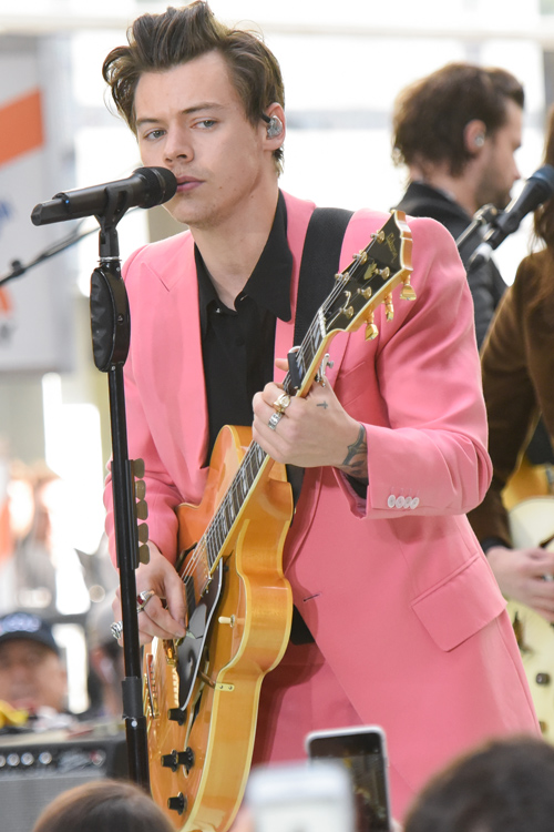 Harry Styles Wallpaper Iphone All Of The Yas For Harry Styles In A Bubblegum Pink Suit