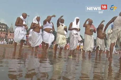 पूर्वजों को पिंडदान देने और तर्पण के लिए गया में जुटे तीर्थयात्री
