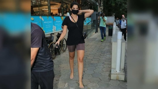 The 29-year-old teamed her outfit with a black cross-body sling bag and tied her hair in a ponytail.(Varinder Chawla)