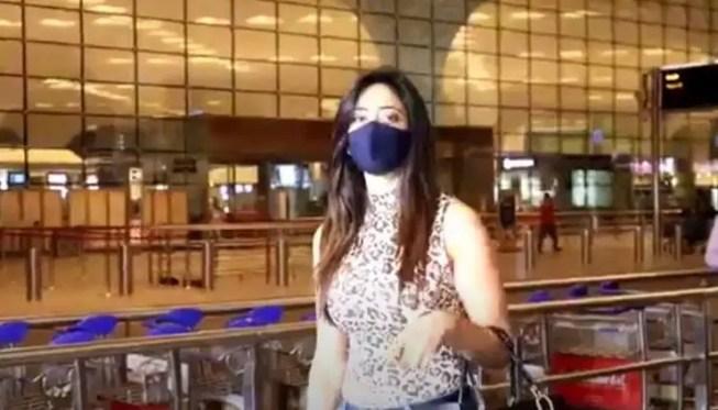 Shweta Tiwari poses for camera at the Mumbai airport.(Varinder Chawla)