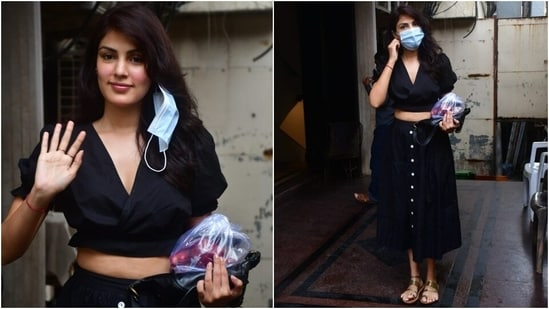 Rhea wore a short-sleeve black crop top for the outing. It came with a cinched hem and an overlapping, plunging V neckline.(Varinder Chawla)