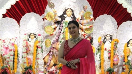Kajol kept it traditional in a red sari, paired with a huge necklace and bangles for the celebration. (Varinder Chawla)