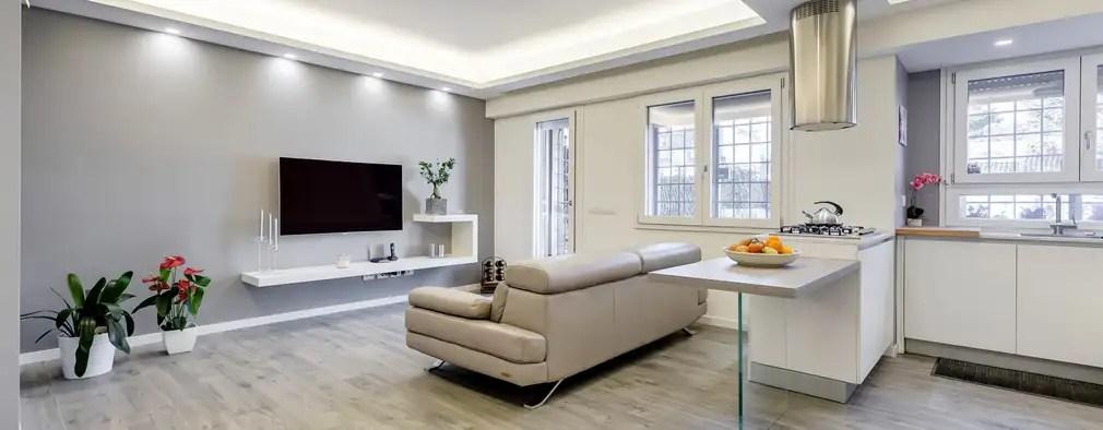 Appartamento Moderno che Usa il Bianco in Maniera Affascinante