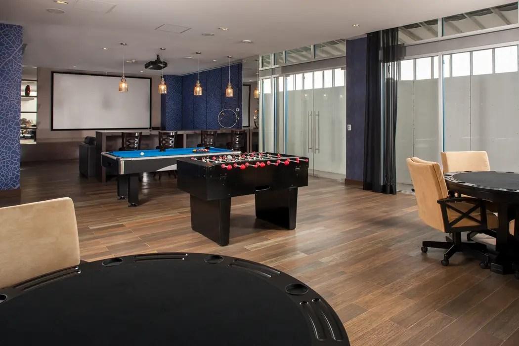 Tv room y sala de juegos  salas de estilo por unuo