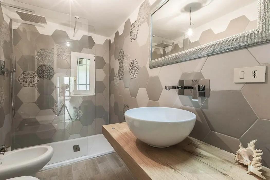 Bagno con piastrelle a motivo esagonale bagno in stile di facile ristrutturare  homify