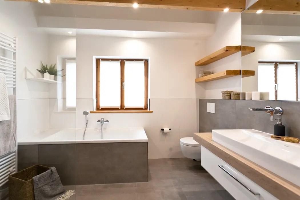 Schickes badezimmer mit viel holz  badezimmer von banovo