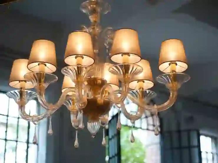La luce che scaturisce dai lampadari viene filtrata dal pregiato vetro di murano e diffusa in diverse tonalità. Lampadario In Vetro Di Murano Lampadario Moderno In Vetro Con Paralumi Chiari O Scuri Bembo Homify