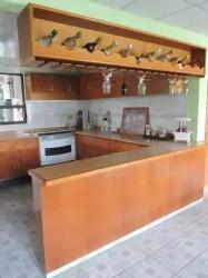 Barra Cantina y Puertas de cocina en madera by La Casa