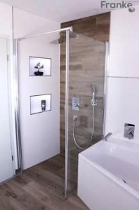 Badezimmer mit Fliesen in einer Holzoptik von Elmar Franke ...