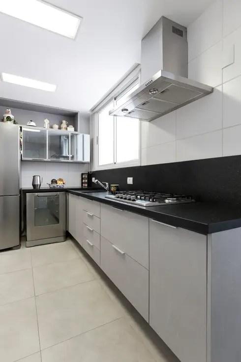 Uma cozinha compacta com um toque industrial