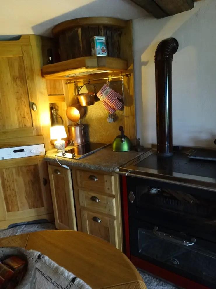 Calda cucina per baita di montagna di Mobili Pellerej di