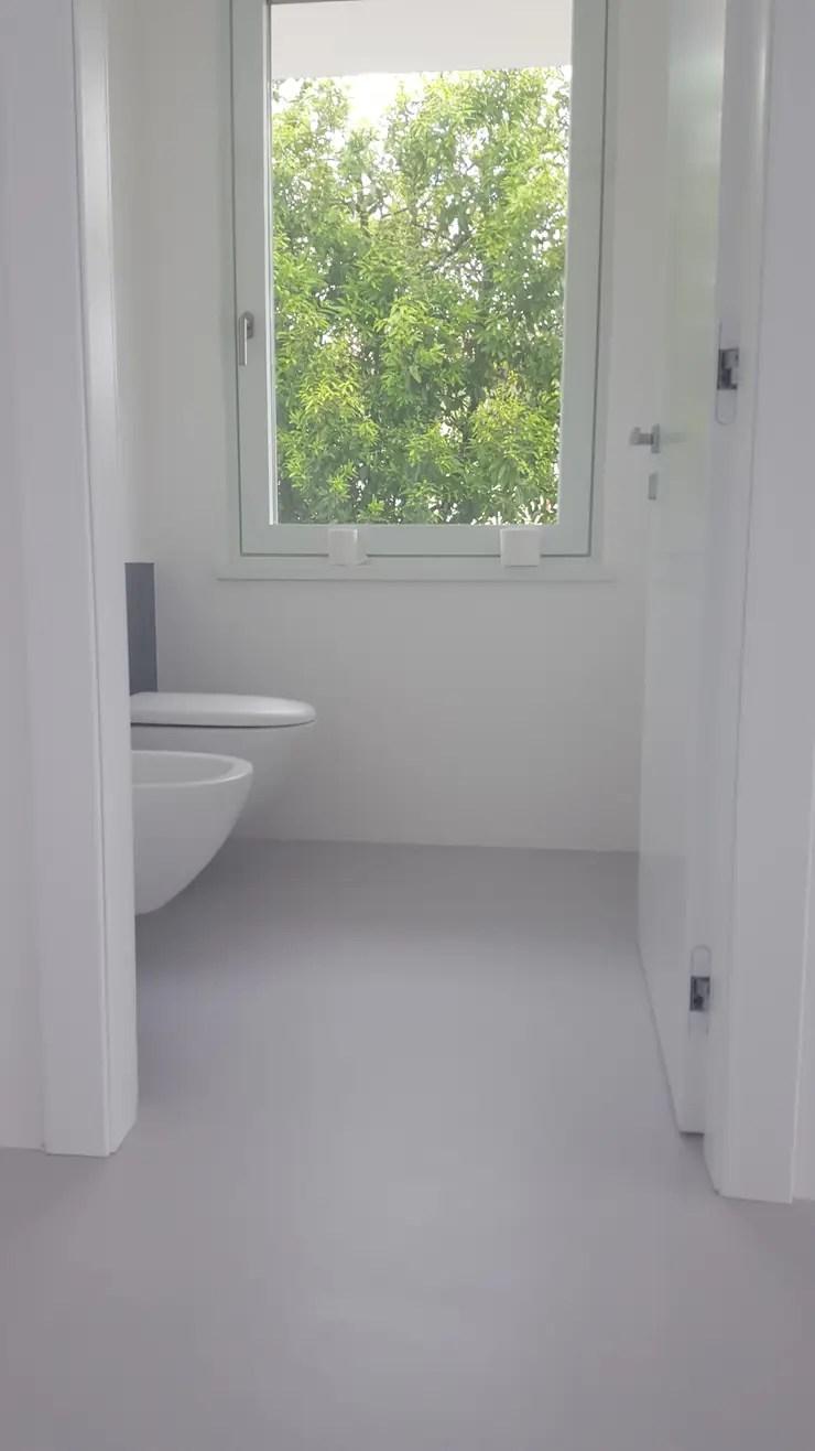 Pavimenti e pareti in resina per il bagno di COVERMAX RESINE  homify