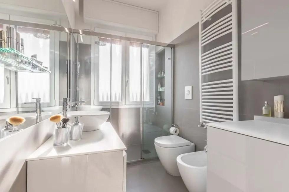 Bagno con piastrelle rettangolari orizzontali sui toni del grigio e del bianco bagno in stile