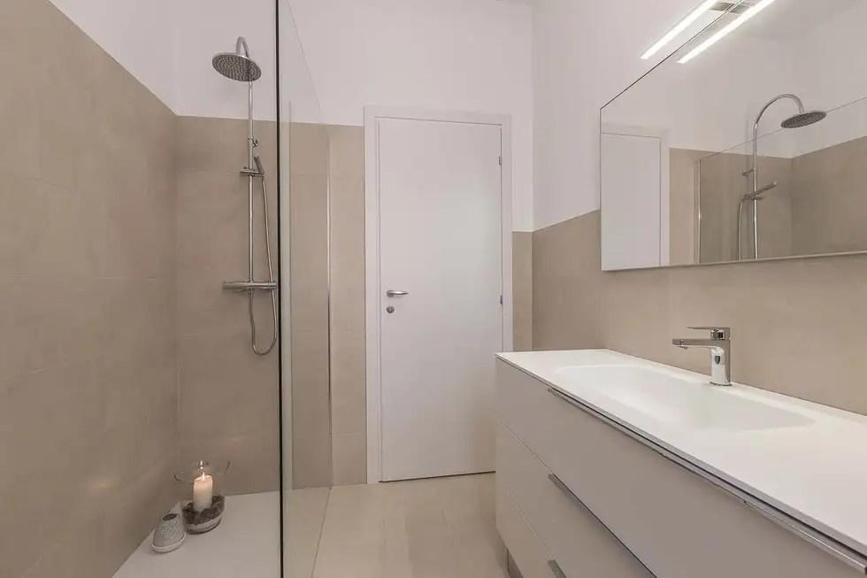Bagno con grandissimo box doccia walkin bagno in stile