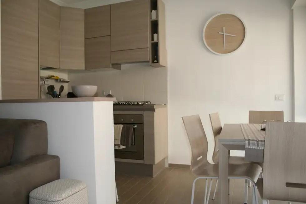 Soggiorno angolo cottura cucina in stile in stile moderno
