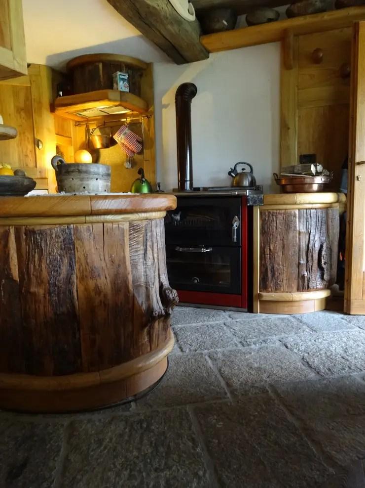Calda cucina per baita di montagna di Mobilificio Falegnameria Pellerej snc  homify